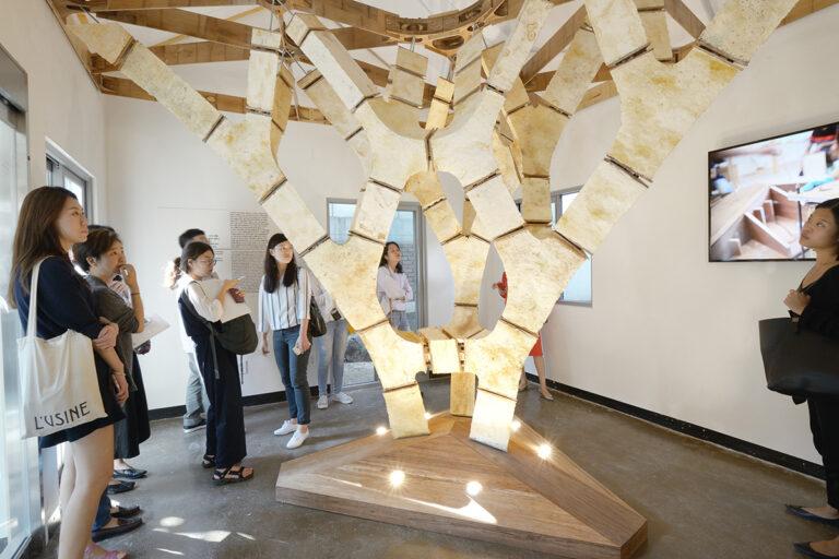 """Der """"MycoTree"""", eine Struktur aus Pilzmyzelium und Bambus. Die Geometrie wurde mit Methoden grafischer Statik in 3D optimiert und tragfähig gemacht. (Foto: Carlina Teteris)"""