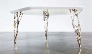 Die filigranen, miteinander verwobenen Strukturen der Tischbeine dienen als Modell für statische Berechnungen unterschiedlichster Konstruktions- und Bauvorhaben. Quelle: voxeljet