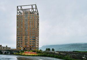 """Das weltweit höchste Holzhaus steht in Norwegen. Der """"Mjøsa Tower"""" ist 85,4 Meter hoch. Die Norweger hoffen auf die Strahlkraft als Vorbild für ökologisches Bauen. Foto: Øyvind Holmstad, Bearbeitung: Jacek Halicki, Lizenz: CC BY-SA 4.0."""