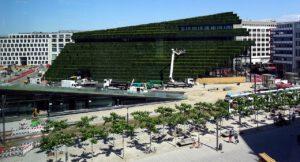 Der Kö-Bogen II in Düsseldorf ist nach dem Vorbild des New Yorker Lincoln Centers mit acht Kilometer Hainbuchenhecken begrünt. Foto: Ulrike Fischer/Wikipedia, Lizenz: CC-BY-SA 4.0