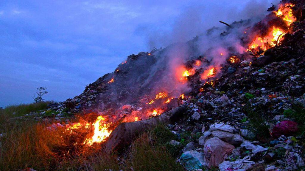 Verbrennung von Kunststoffabfällen auf einer offenen Mülldeponie in General Santos, Philippinen. Foto: Global Environment Facility/Flickr, Lizenz: CC BY-NC-SA 2.0.