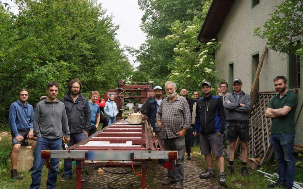 Zum ersten Workshop am ehemaligen Bahnhof in Lastau kam ein mobiles Sägewerk zum Einsatz. Foto: © Bauzirkel Leipzig
