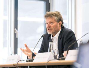 Dieter Heller, Geschäftsführer des Bundesverbandes Leichtbeton e.V., plädiert für eine lebenszyklusbasierte Ökobilanzierung. Diese würde den Nachhaltigkeitsvergleich unterschiedlicher Bauweisen erleichtern und somit für mehr Transparenz sorgen. Foto: Bundesverband Leichtbeton e.V.