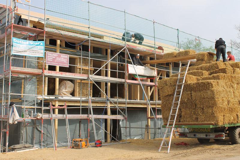 Holzkonstruktion mit Stroheinbau (Quelle: Ulrich Steinmeyer)