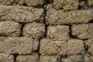 Eine Mischung aus Lehm und Stroh kann zu Blöcken gepresst werden, um damit zum Beispiel Lärmschutzwände zu errichten. Foto: Egor Valeev