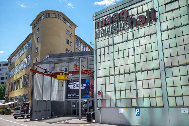 Frontansicht der MAAG Halle in Zürich von 2018. Foto: MAAG Music & Arts AG, Lizenz: CC BY-SA 4.0