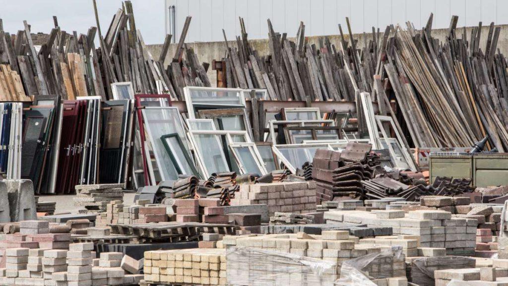 Wiederverwendbare Baumaterialien aus alten Häusern und Gebäuden, Foto: INTREEGUE Photography / shutterstock
