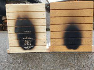 Fassadenelement nach Beflammung – unbehandeltes (links) und behandeltes (rechts) Holz, Foto: Lukas Emmerich